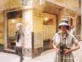 Daniela Carucci nei panni di Vivian Maier, per i vicoli del centro storico di Genova (foto di Paola Pietronave)