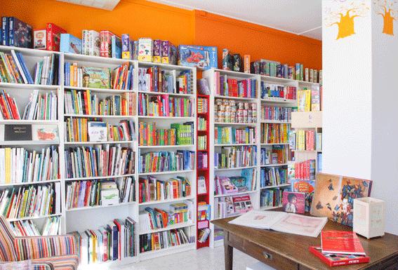 Scaffale Libreria Per Bambini : Libri di fiabe dei bambini alla libreria fotografia editoriale